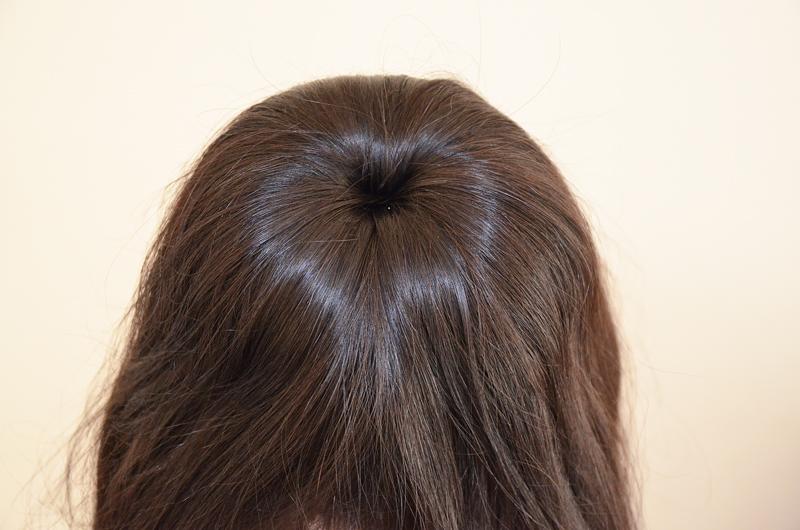 Haare glatt ziehen bei einem Dutt