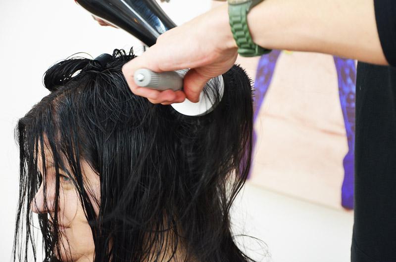 Haare mit einer Rundbürste trocken föhnen